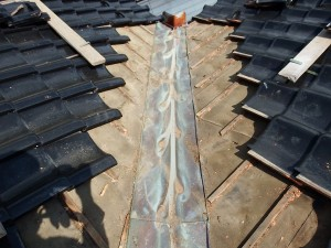 瓦屋根 銅板谷板 雨漏り 穴あき